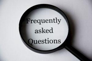 FAQs - Schriftzug Frequently asked Questions in einer Lupe